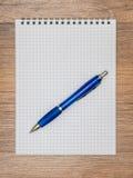 Brevpapper på tabellen arkivbild