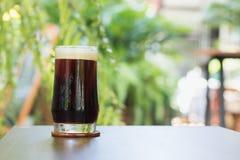 Brew кофе нитро холодное в стекле на кафе таблицы внешнем Стоковая Фотография RF