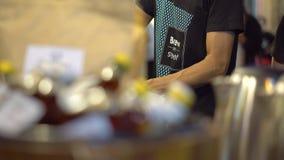 Brew на уличном рынке в Таиланде справедливо Свет ночи яркий сток-видео