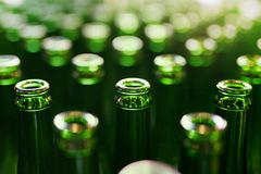 brewery Bottiglie di birra sulla fabbricazione immagine stock libera da diritti