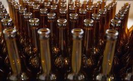 brewery Bottiglie di birra di vetro vuote, la vista superiore immagini stock
