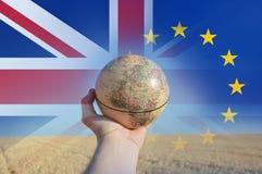 Brexit概念 拿着地球的手显示欧洲和非洲 免版税库存图片
