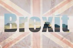 Brexit概念 英国国旗旗子的两次曝光和与拖拉机耕领域的一块麦田和大麦 免版税库存照片