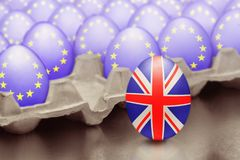 Brexit的概念从与英国旗子的跳跃的鸡蛋被提出在箱子外面用与欧盟的旗子的鸡蛋 向量例证