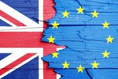 Brexit英国和第50概念照片:在破裂的打破的木墙壁上和英国英国的绘的旗子欧盟 免版税库存照片