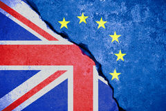 Brexit蓝色欧盟欧盟在残破的墙壁和半英国旗子上下垂 库存图片