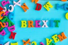 Brexit или великобританский выход - слово составленное малых покрашенных писем на голубой предпосылке Стоковое фото RF