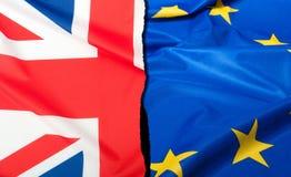 Brexit - avskilda flaggor av europeisk union och Förenade kungariket Royaltyfria Bilder
