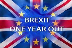 Brexit Banderas del Reino Unido y de la unión europea con el texto un año hacia fuera Imagen de archivo libre de regalías