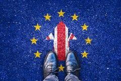 Brexit, banderas del Reino Unido y la unión europea en la carretera de asfalto Imagenes de archivo