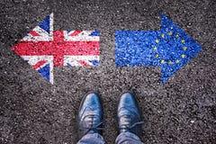 Brexit, banderas del Reino Unido y la unión europea en la carretera de asfalto Fotografía de archivo