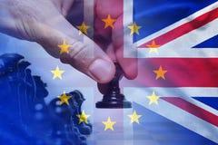 Brexit begrepp med schackflyttning och flaggor royaltyfri fotografi