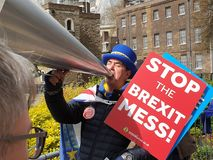 BREXIT-demonstratiesysteem het schreeuwen op een megafooneinde BREXIT buiten Westminster, Londen op de dag het UK ontbreekt royalty-vrije stock foto