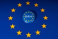 Brexit emblem och EU-flaggan arkivbilder