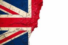 Brexit Förenade kungariket UK flagga som målas på sprucken kluven skalande fasad för cement för målarfärgtegelstenvägg på vit Bre royaltyfri bild