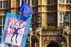 Brexit favorable permanece, muestra anti de la protesta de la licencia fuera de las casas del parlamento, Westminster Londres 28  fotos de archivo
