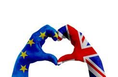 Brexit, mani dell'uomo nella forma del cuore modellata con la bandiera di Unione Europea blu UE e la bandiera della Gran Bretagna Fotografia Stock