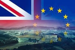 Brexitconcept, het Engelse platteland met gebieden en landbouwbedrijven met Union Jack en E U vlaggen over gelaagd op bovenkant royalty-vrije stock foto