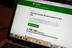 Brexitverzoek op Britse het parlementswebsite om artikel 50 te herroepen en in het bereik van de EU bijna 5 miljoenenhandtekening stock foto's