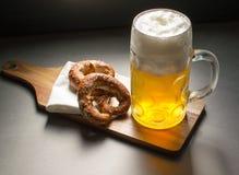 Breze y cerveza Fotos de archivo