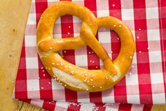 Brezel auf checkered Serviette Lizenzfreies Stockfoto