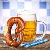 Brezel und Bier Lizenzfreie Stockfotos