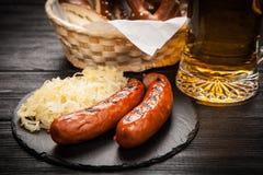 Brezeln, Bratwurst und Sauerkraut lizenzfreies stockfoto