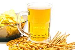 Brezeln, Breadsticks, Chips und Bier auf Weiß stockbild