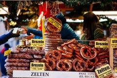 Brezeln und andere Bäckereiprodukte für Verkauf am Weihnachtsmarkt in Bozen, Italien Stockfotos