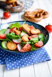 Brezensalat - традиционный немецкий салат кренделя с шпинатом, томатами, редиской и огурцом Стоковое Изображение RF