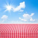 Brezentowa tekstura lub tło na stole Błękitny morza i chmur niebo Fotografia Stock
