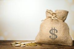 Brezentowy pieniądze worek na drewnianym stole Zdjęcia Royalty Free