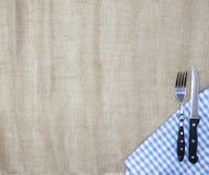 Brezentowy tablecloth, rozwidlenie, nóż dla stków i pielucha, Używa tworzyć menu dla steakhouse Tło dla menu Zdjęcia Royalty Free
