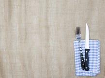 Brezentowy tablecloth, rozwidlenie, nóż dla stków i pielucha, Używa tworzyć menu dla steakhouse Tło dla menu Fotografia Royalty Free