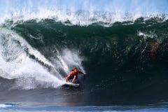 Brezo Joske que practica surf en la tubería en Hawaii fotos de archivo