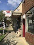 Bürgersteigsbereich von Geschäften in einer Kleinstadt Stockfotos