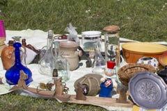 Bric-a-brac dla sprzedaży na trawie Zdjęcia Stock
