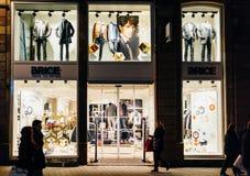 Brice furtianu mody sklep w Strasburg, Francja przy nocą Fotografia Royalty Free