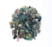 Briciola di pietra verde per cucito su un fondo bianco per la fabbricazione dei gioielli con le loro proprie mani Hobby interessa immagini stock libere da diritti