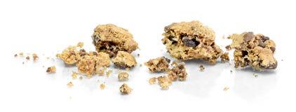 Briciole del biscotto del cioccolato, isolate su bianco fotografie stock libere da diritti