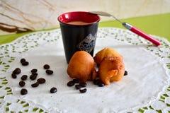 BRICIOLO DELLA TAZZA DI CAFF? PALLE DI UNA CREMA fotografia stock libera da diritti