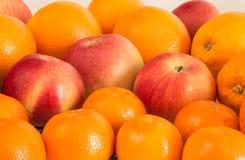 Bricka för äpplen för fruktstillebenmandariner arkivbilder