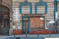 Bricked upp dörröppningen i centrum av Novi Sad, Serbien arkivfoto