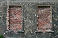 Bricked upp fönster i gammal byggnad royaltyfri bild