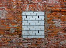 Bricked upp fönster på den gamla tegelstenväggen Royaltyfri Bild