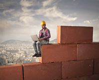 Bricklayer using a laptop Royalty Free Stock Photo