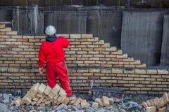 Bricklaying каменщика outdoors Стоковая Фотография