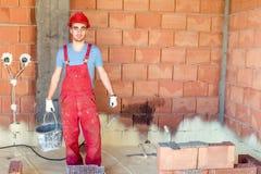 Brickmason, das an Baustelle, Arbeitskraft auf Baustelle arbeitet Stockfotografie