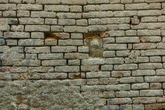 Brickwall在镇里 库存照片