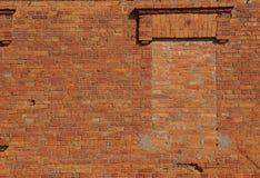Brickwall με ένα παλαιό περιτοιχισμένο παράθυρο Στοκ Φωτογραφίες